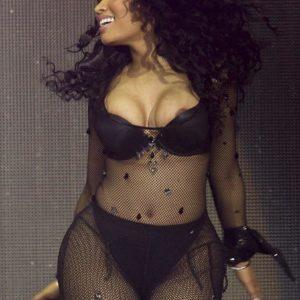 Nicki Minaj boobs on stage