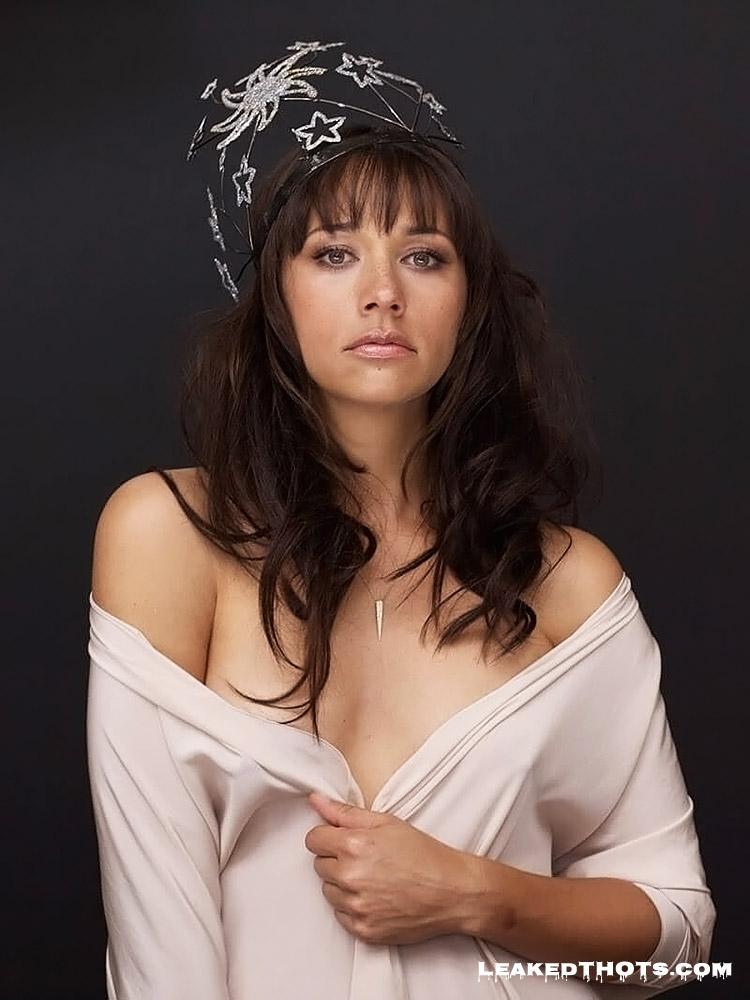 Rashida Jones natural tits