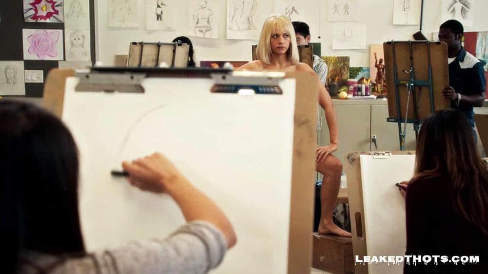Rashida Jones nips art class